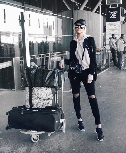 how-tos-wear-your-sneakers-in-style-carly-cristman